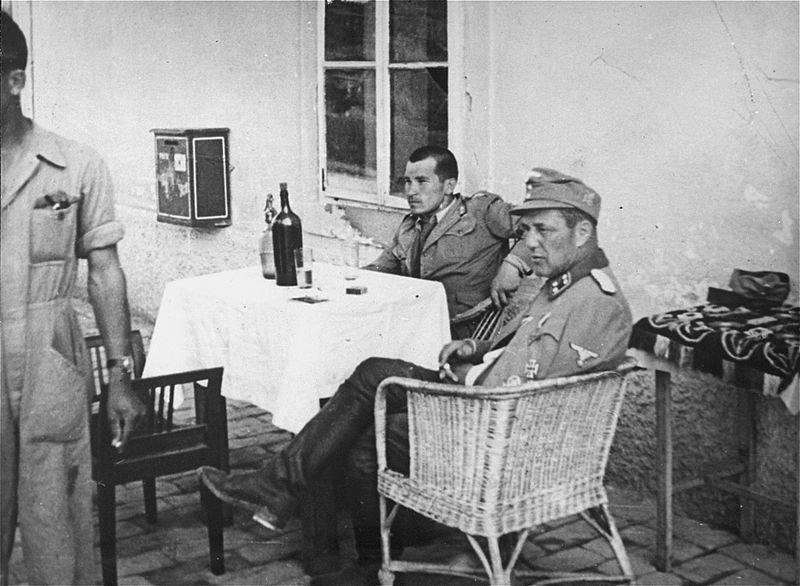 Vjekoslav Luburic, conocido como Maks el Carnicero, junto a un oficial alemán de la SS, en el campo de concentración de Stara Gradiska, Croacia, junio de 1942