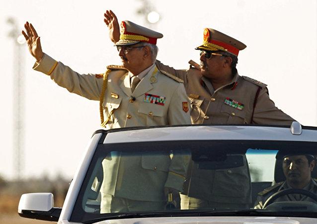 Jalifa Haftar, comandante del Ejército Nacional de Libia (izda.)