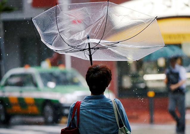 Una mujer con paraguas en Japón