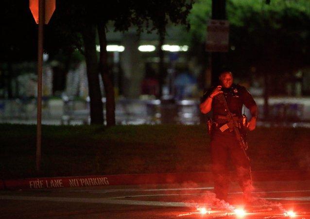 Un oficial de policía armado