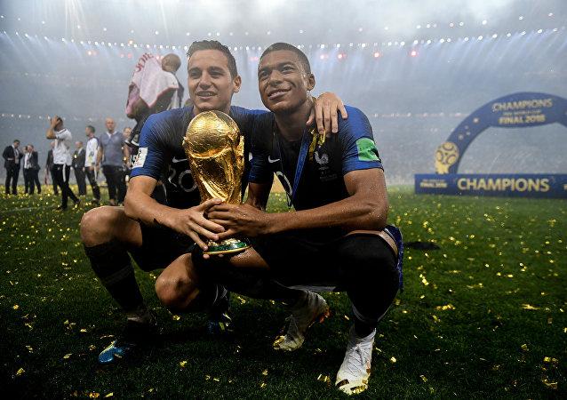 Dos jugadores de la selección de Francia tras haber ganado el Mundial de fútbol