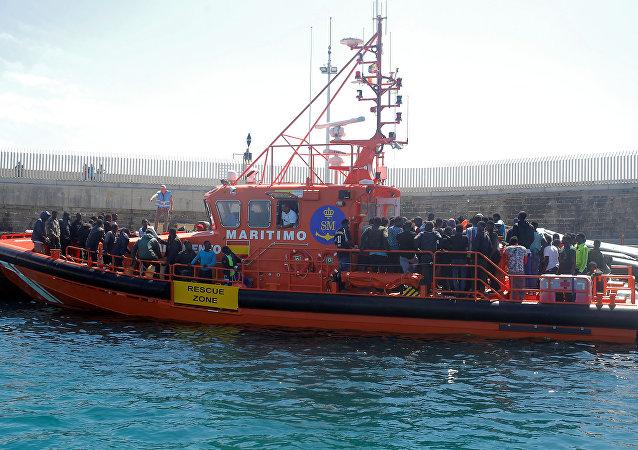 Unos inmigrantes, interceptados a bordo de botes de vela cerca de la costa en el Estrecho de Gibraltar, España
