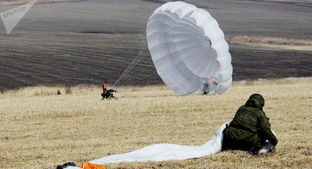 Paracaidistas militares rusos
