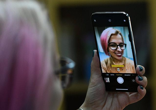 Una chica se hace una selfi con un iPhone X