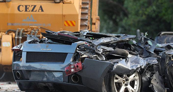 Aplastan vehículos de lujo por orden del presidente de Filipinas
