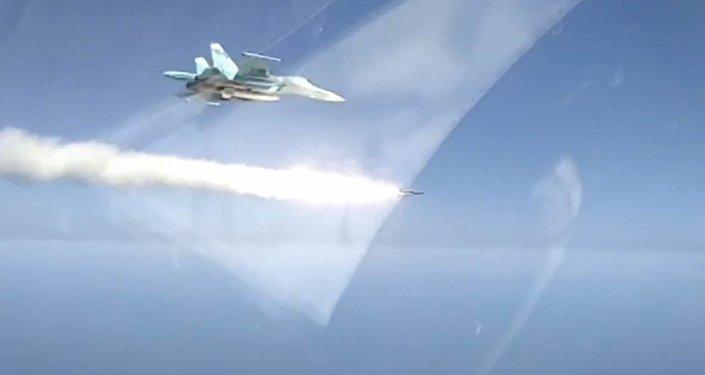El Su-34 elimina a un 'buque terrorista' con un misil supersónico
