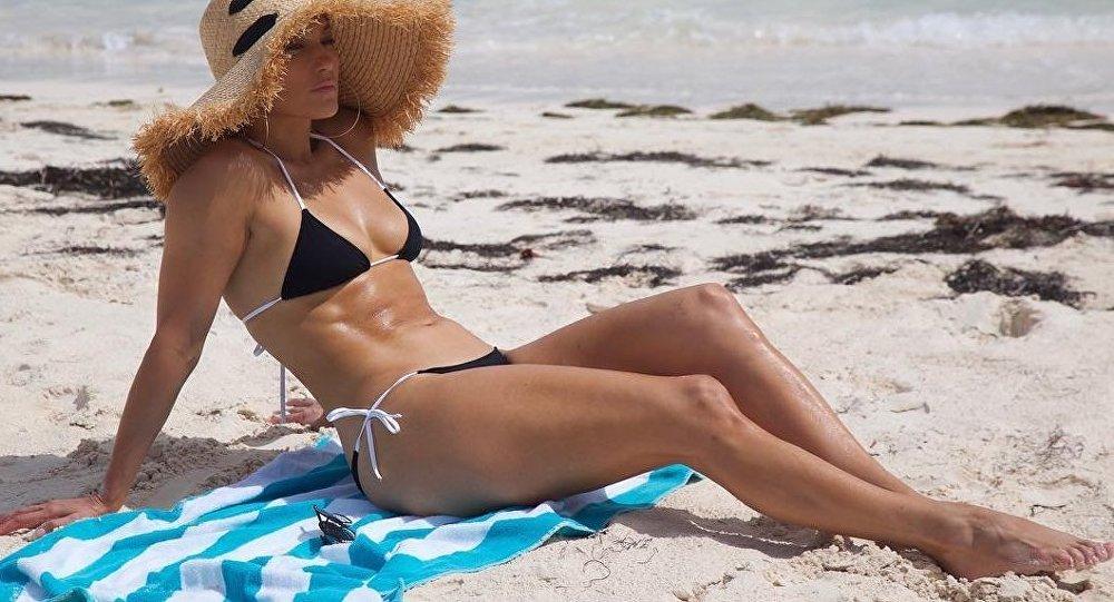 Jennifer Lopez celebra su cumpleaños 49 en la playa