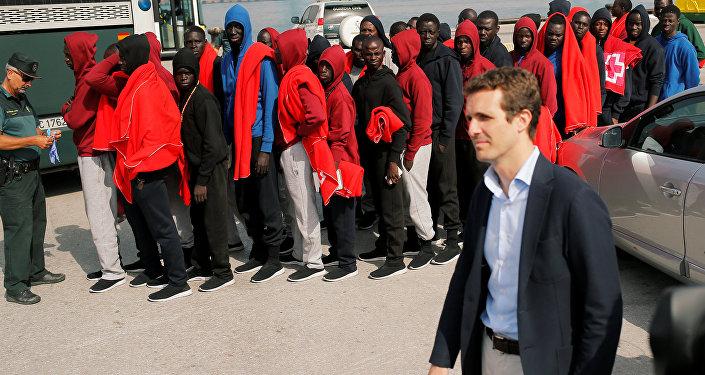 Pablo Casado, el presidente del PP, durante su visita al puerto a donde arriban los migrantes