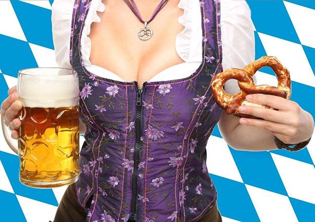 Una mujer con cerveza