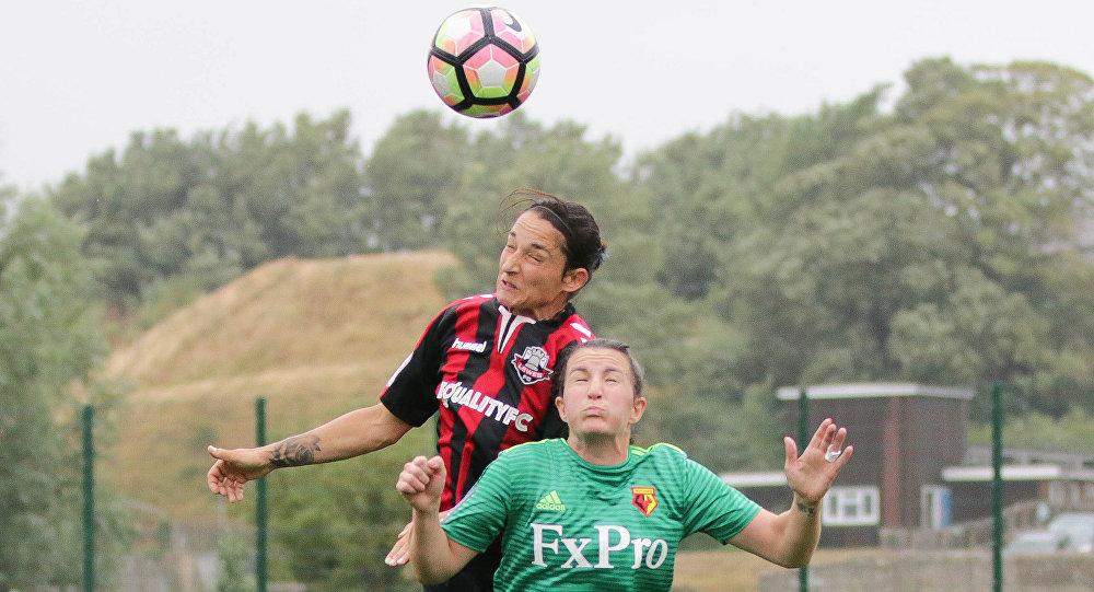 Dos futbolistas saltan para alcanzar la pelota