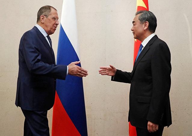 El ministro de Asuntos Exteriores ruso, Serguéi Lavrov, con su par chino Wang Yi