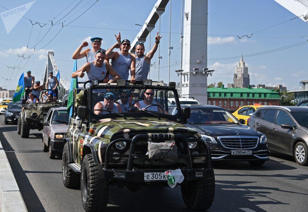 Soldados celebran el día de las Tropas Aerotransportadas de Rusia, en Moscú.