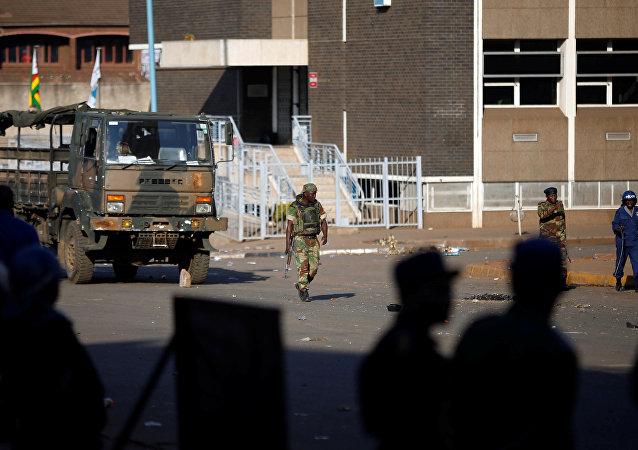 Militares en las calles de Harare, la capital de Zimbabue