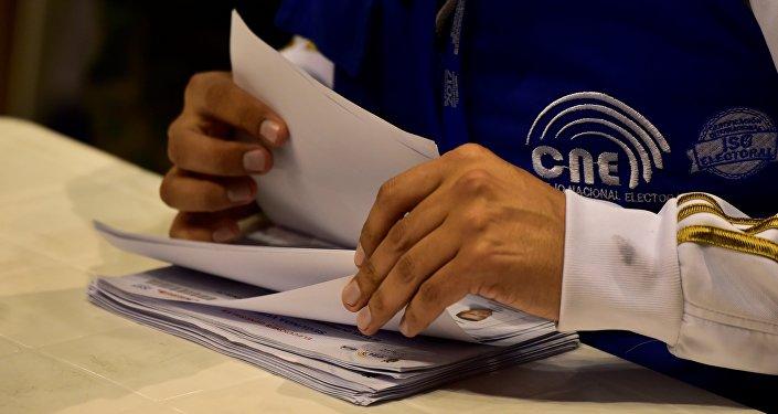 Trabajador de CNE de Ecuador