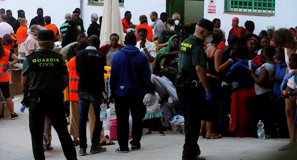 Los migrantes durante una distribución de alimentos organizada por la Guardia Civil española