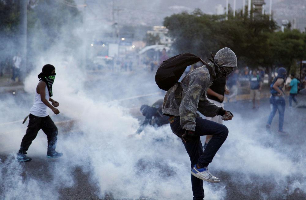 Manifestaciones de protesta contra el aumento de los precios del combustible y del transporte público en Tegucigalpa, Honduras.