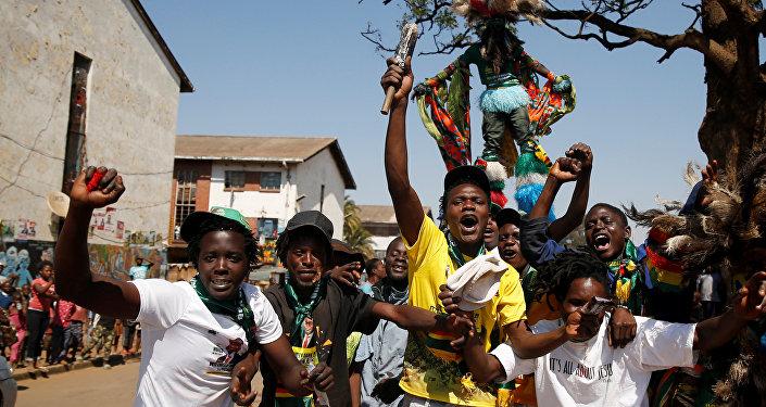 Los partidarios del presidente electo de Zimbabue Emmerson Mnangagwa