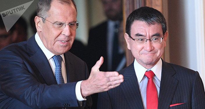 El ministro de Asuntos Exteriores de Japón, Taro Kono, y el ministro de Asuntos Exteriores de Rusia, Serguéi Lavrov (archivo)