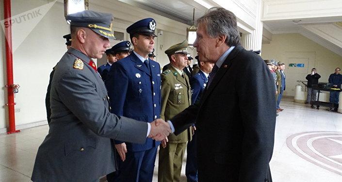 Alberto Espina (derecha), el ministro de Defensa de Chile