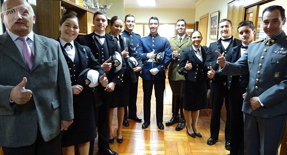 Deportistas chilenos en el ministerio de Defensa antes de su partida al Mundial Militar de Natación