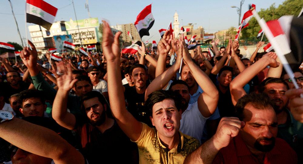 La gente protesta contra malos servicios públicos en la ciudad de Nayaf, Irak, el 27 de julio de 2018.