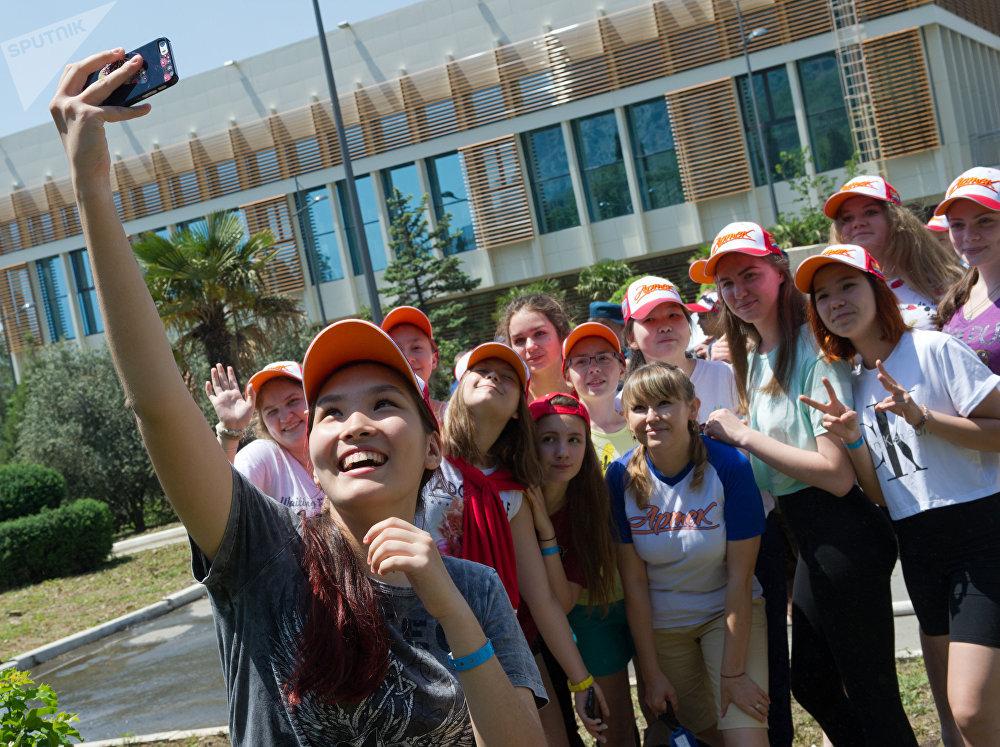 Un grupo de niños se hace una foto en Artek, en Crimea