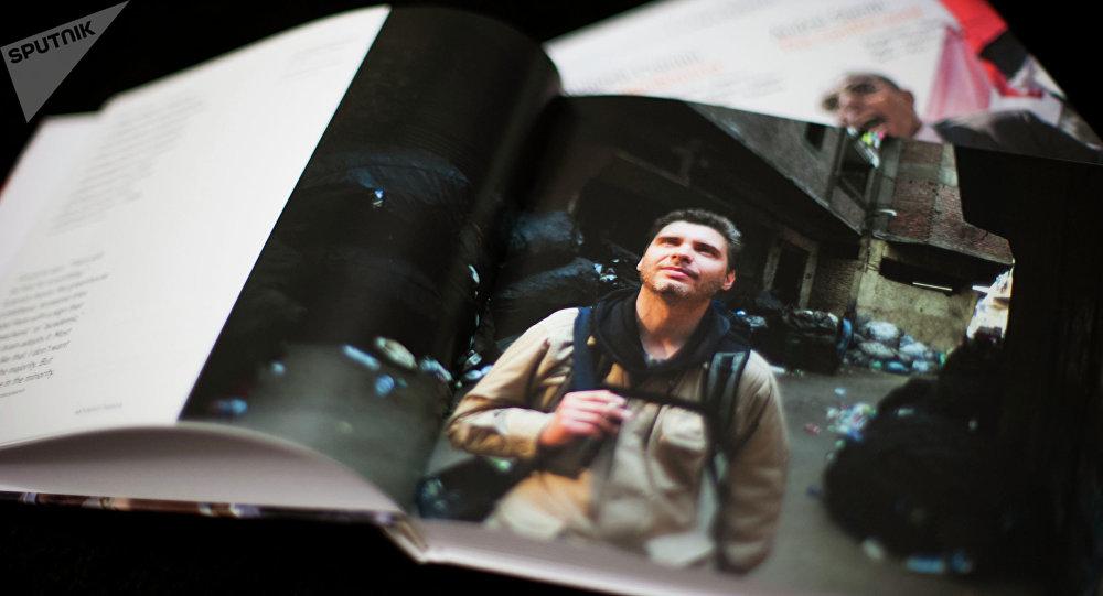 Libro Zona de conflicto con la selección de mejores obras del reportero gráfico Andréi Stenin