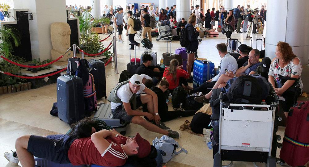Turistas en el aeropuerto de Lombok tras el sismo