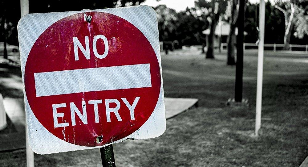 Una señal dice: No hay entrada (en inglés)