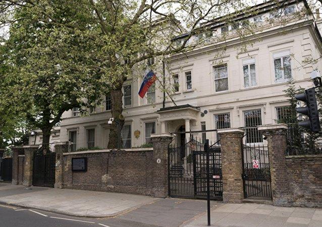 La bandera rusa en la embajada de Rusia en Londres, Reino Unido