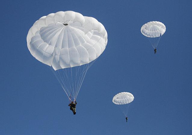 Paracaidistas militares (imagen referencial)