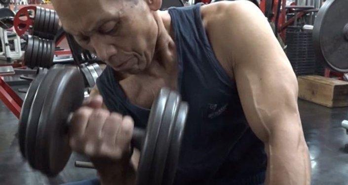 Nunca es tarde para apuntarse al gimnasio: conoce a un fisiculturista de 82 años
