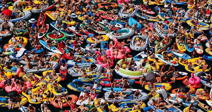 La gente en el lago de Lucerna en Suiza (el 5 de agosto)