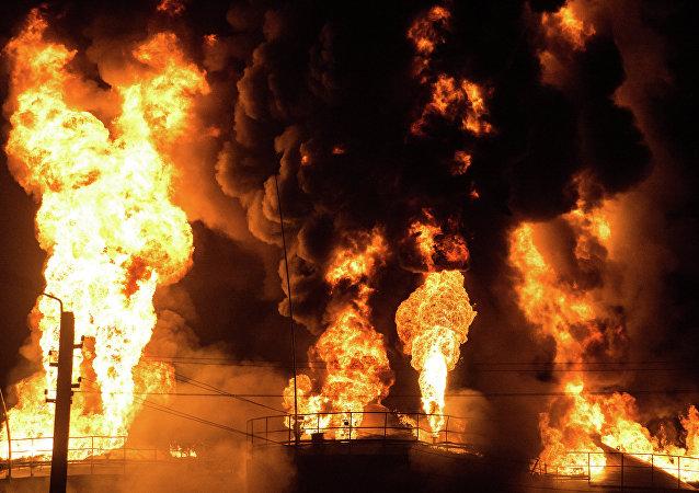 Incendio en un depósito de petróleo (archivo)