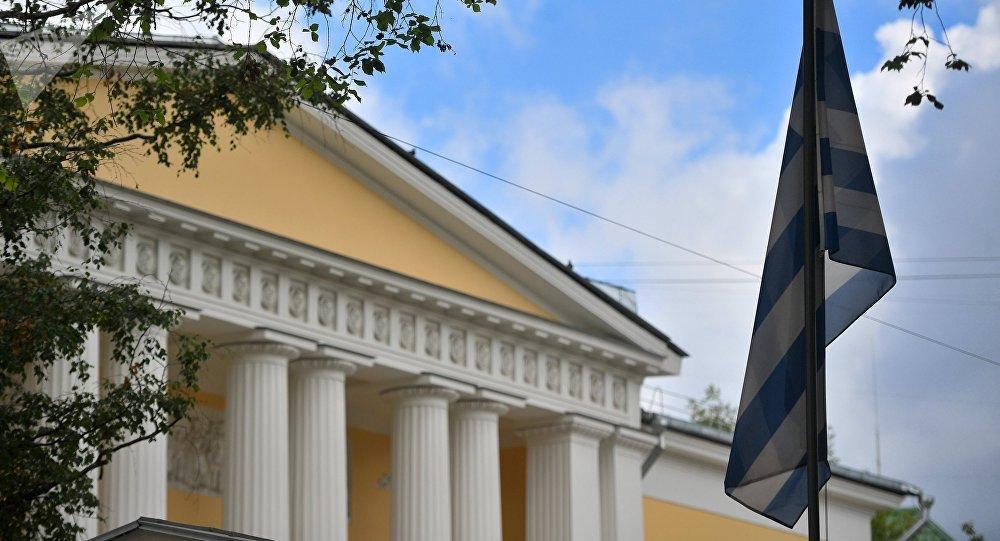 La bandera de Grecia en la embajada griega en Moscú