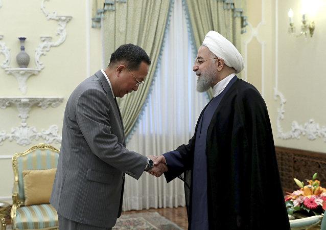 El presidente de Irán, Hasán Rohaní con el ministro de Exteriores de Corea del Norte, Ri Yong-ho