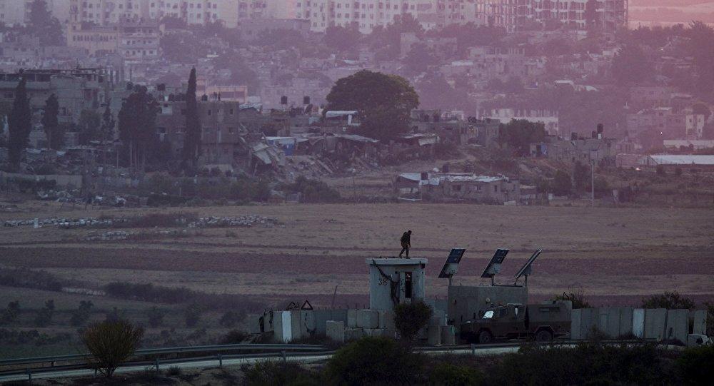 Soldado israelí en la frontera de Israel con la Franja de Gaza