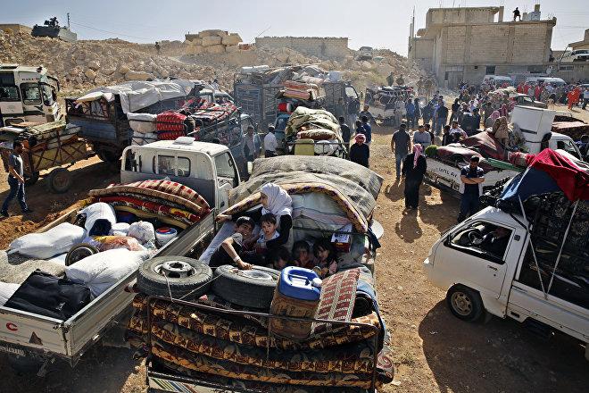 Una caravana de cerca de 400 refugiados se dispone a cruzar la frontera libanesa cerca del pueblo de Arsal, para regresar a sus hogares en Siria, 28 de junio de 2018