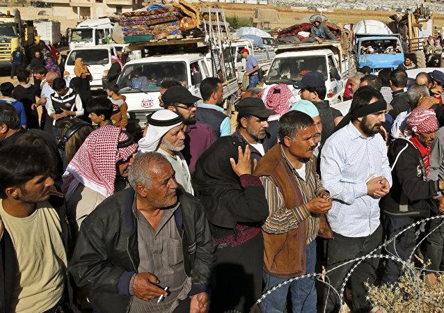 Refugiados sirios se disponen a cruzar la frontera libanesa cerca del pueblo de Arsal, para regresar a sus hogares en Siria, 28 de junio de 2018