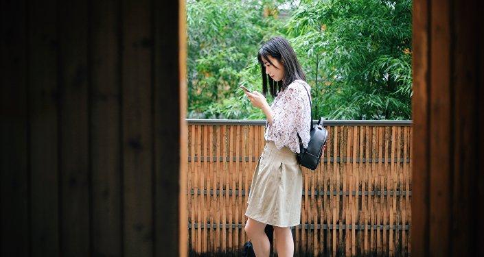Una joven china con un smartphone