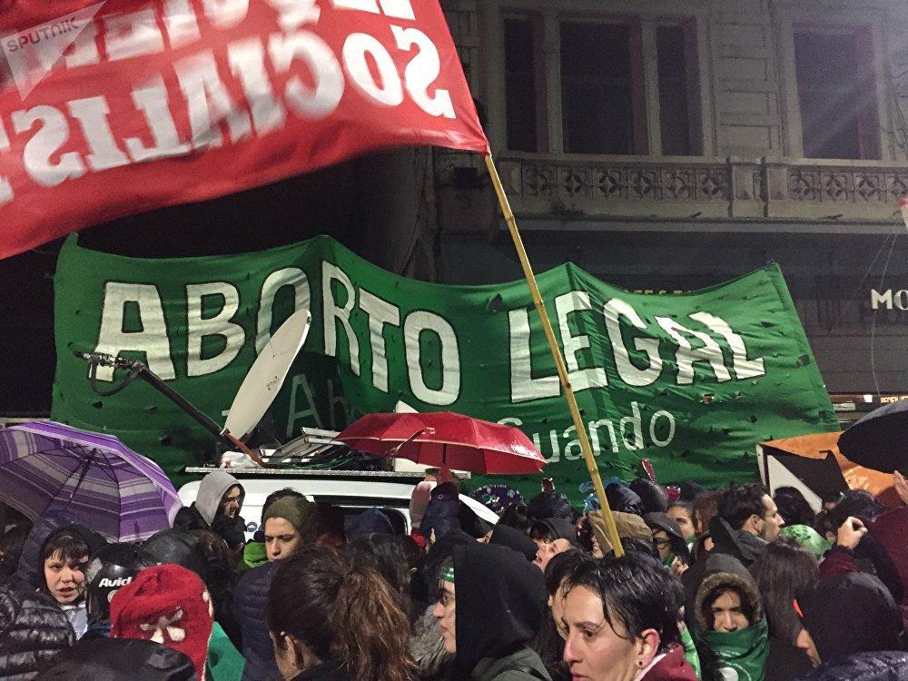 Manifestantes frente al Congreso mientras se debatía la despenalización del aborto