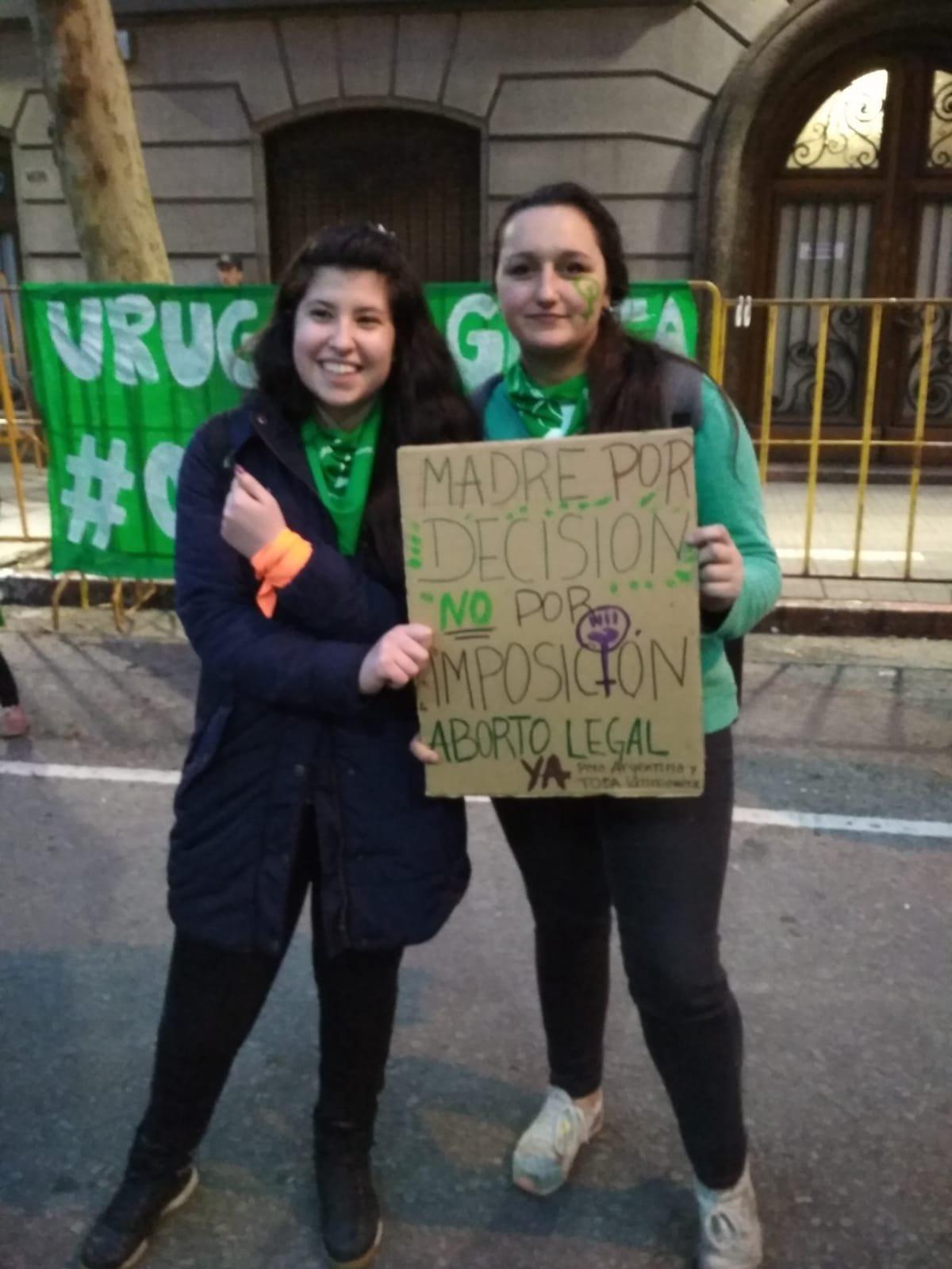 Romina y Sofía, jóvenes uruguayas a favor de la despenalización del aborto.