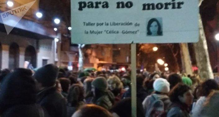 Cartel del Taller por la Liberación de la Mujer Célica Gómez, durante la manifestación en Montevideo en apoyo al aborto legal, seguro y gratuito en Argentina.