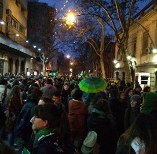 Manifestantes a favor del aborto legal, seguro y gratuito enfrente a la embajada de Argentina en Montevideo.