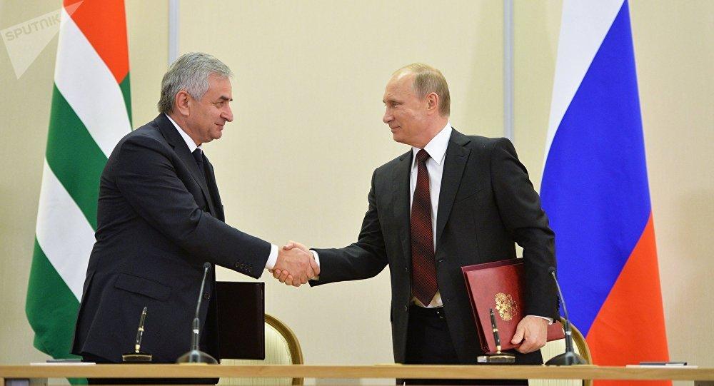 Vladímir Putin, presidente de Rusia, con Raul Jadzhimba, presidente de Abjasia
