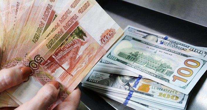 Dólares estadounidenses y rublos rusos (archivo)