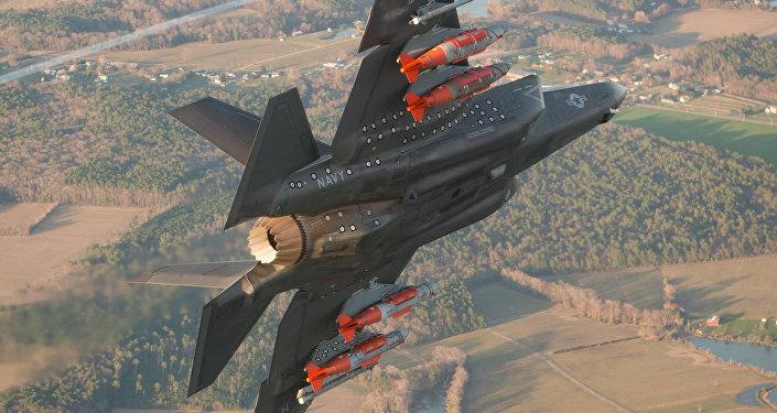 F-35 con armamento en pilones exteriores
