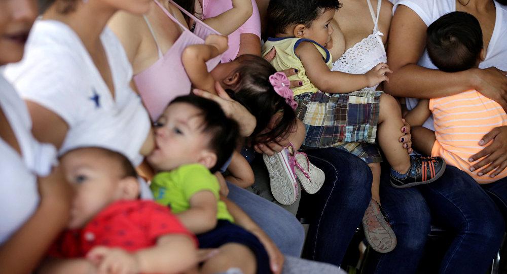 Madres amamantan a sus hijos para celebrar la Semana Mundial de la Lactancia Materna en Ciudad Juárez, México