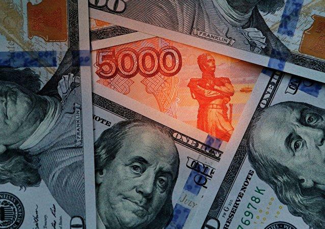Rublos y dólares (imagen referencial)