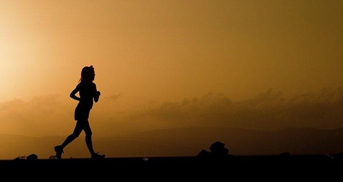 Mujer corre en la montaña